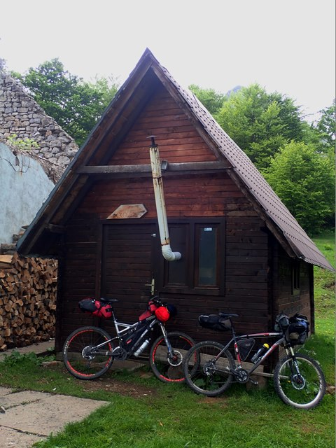 Open and completely equipped shelter close to Orlovačko lake