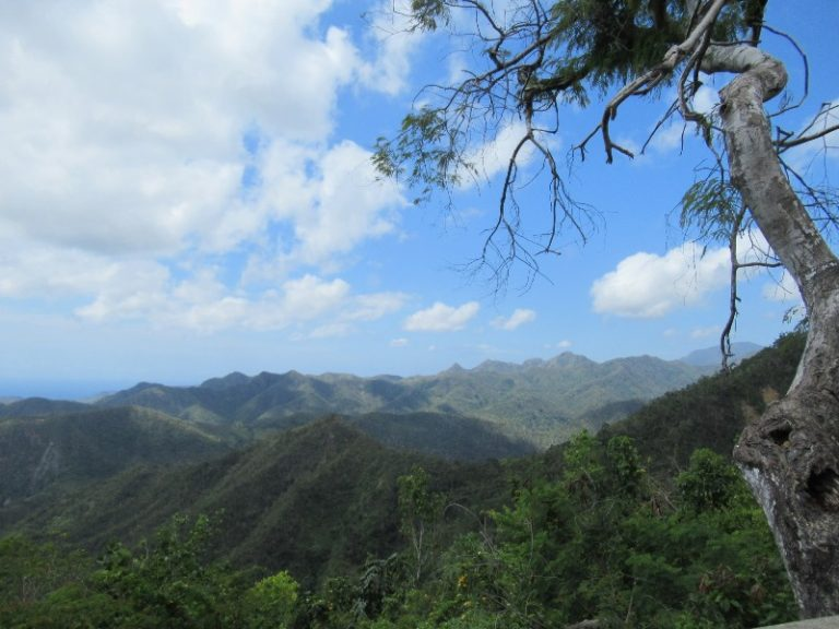 The highest mountain route in Cuba, La Farola, passes through 600 m high in the Sierra Maestra Mountains.