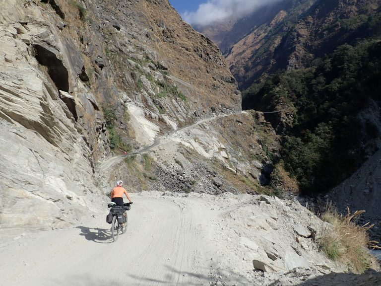 continues the Kali Gandaki gorge, which is formed by the walls of Dhaulagiri and Annapurna and is considered the deepest valley in the world.